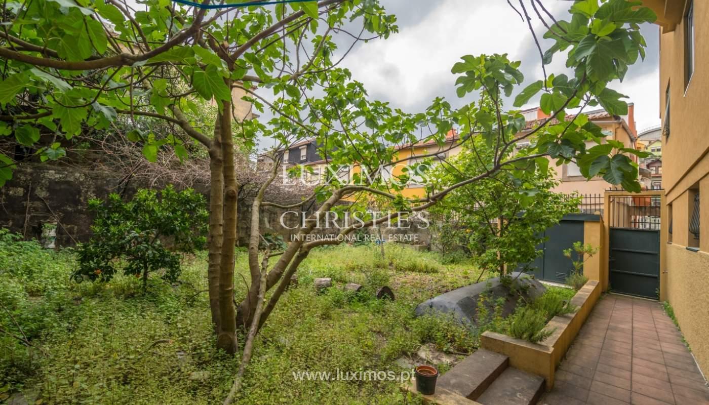 Verkauf von klassischen Stadthaus mit 3 Fronten und Garten, Porto, Portugal_100967