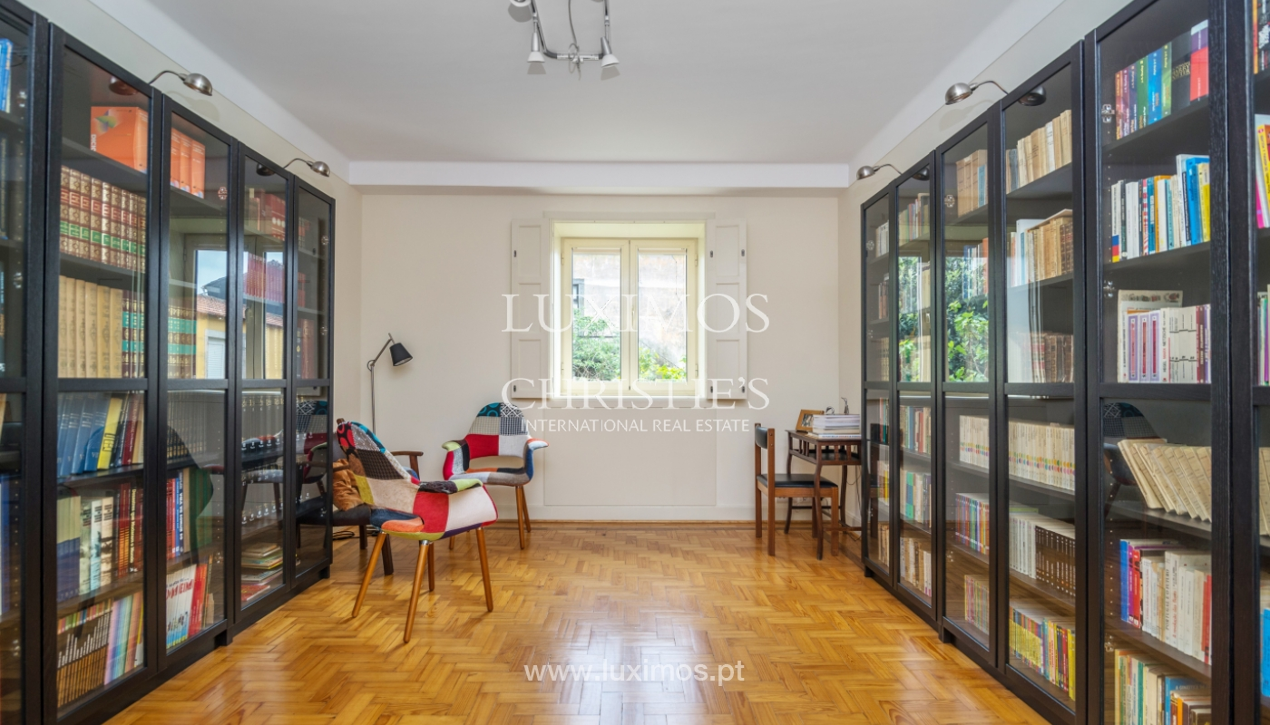 Verkauf von klassischen Stadthaus mit 3 Fronten und Garten, Porto, Portugal_100973