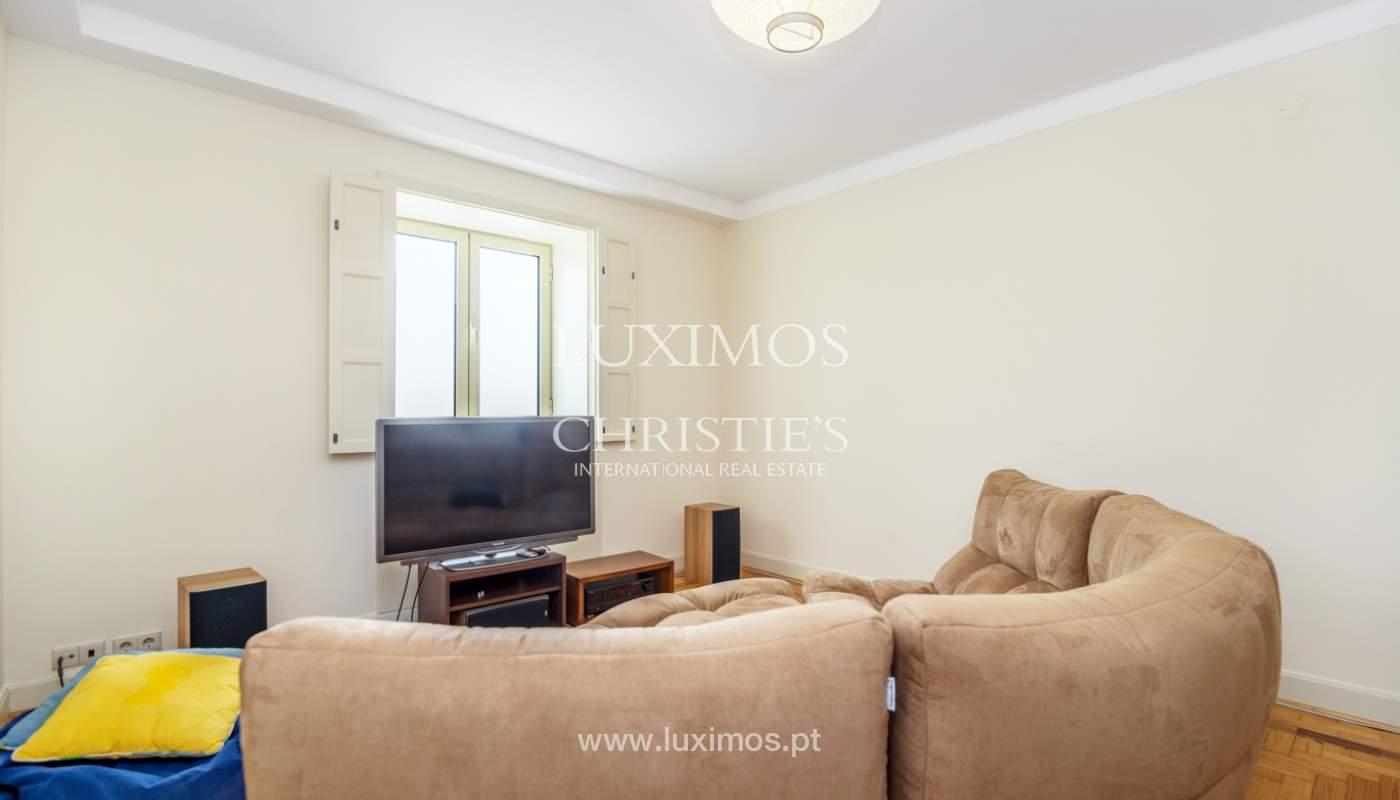 Verkauf von klassischen Stadthaus mit 3 Fronten und Garten, Porto, Portugal_100975