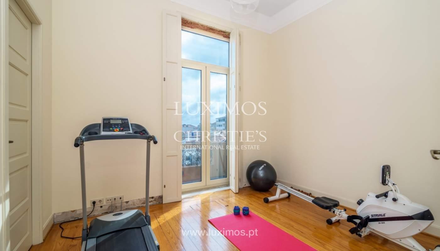 Verkauf von klassischen Stadthaus mit 3 Fronten und Garten, Porto, Portugal_100980