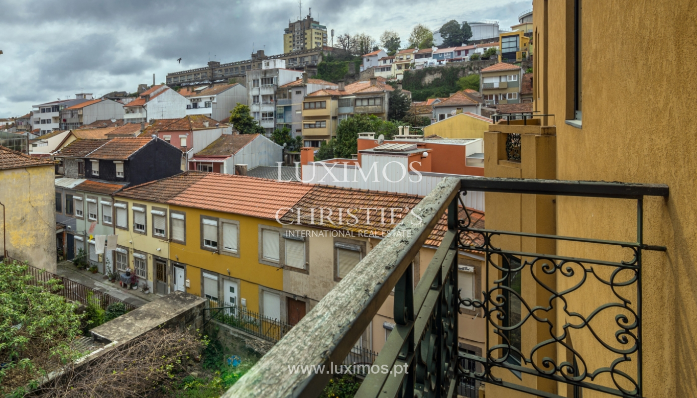 Verkauf von klassischen Stadthaus mit 3 Fronten und Garten, Porto, Portugal_100983