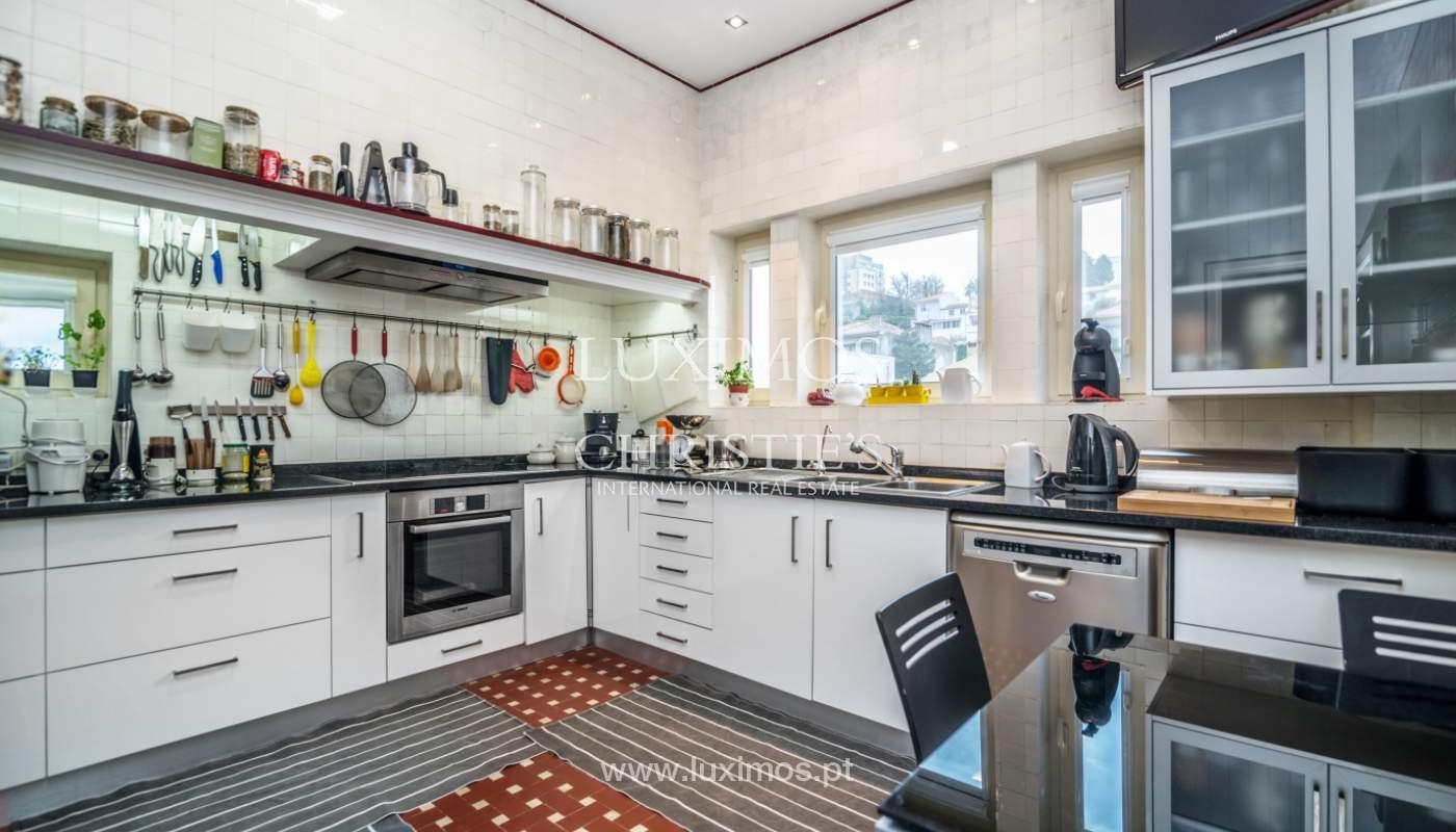 Verkauf von klassischen Stadthaus mit 3 Fronten und Garten, Porto, Portugal_100996