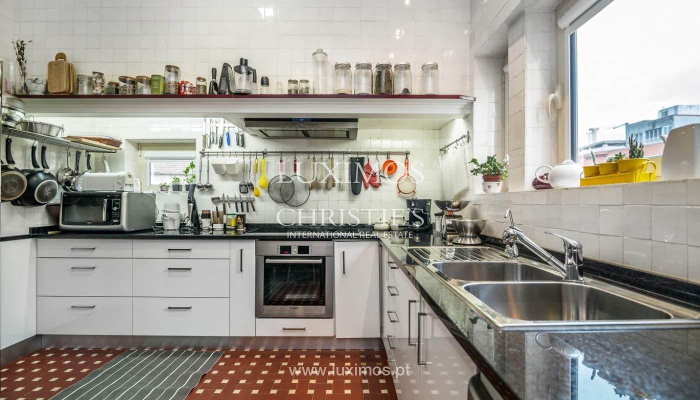 Verkauf von klassischen Stadthaus mit 3 Fronten und Garten, Porto, Portugal_100998