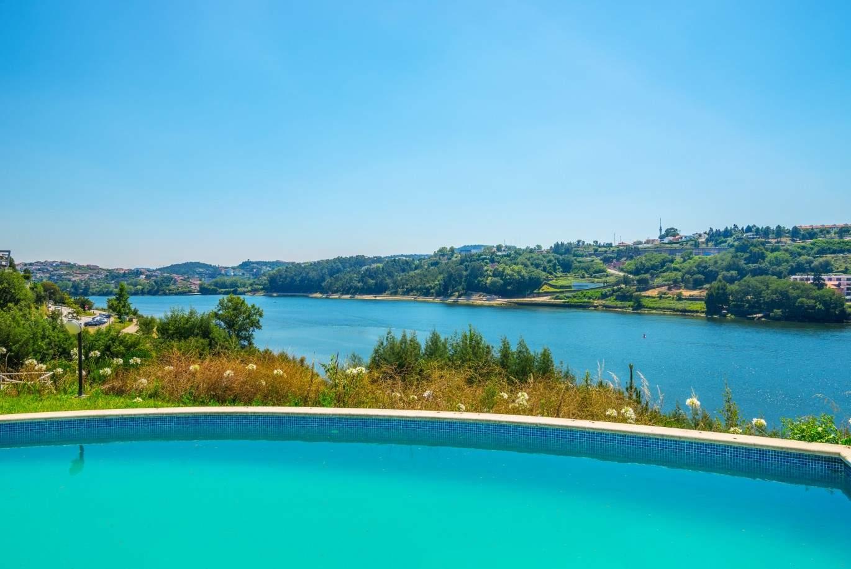 venda-de-moradia-de-alto-padrao-com-piscina-e-frente-de-rio-porto-portugal