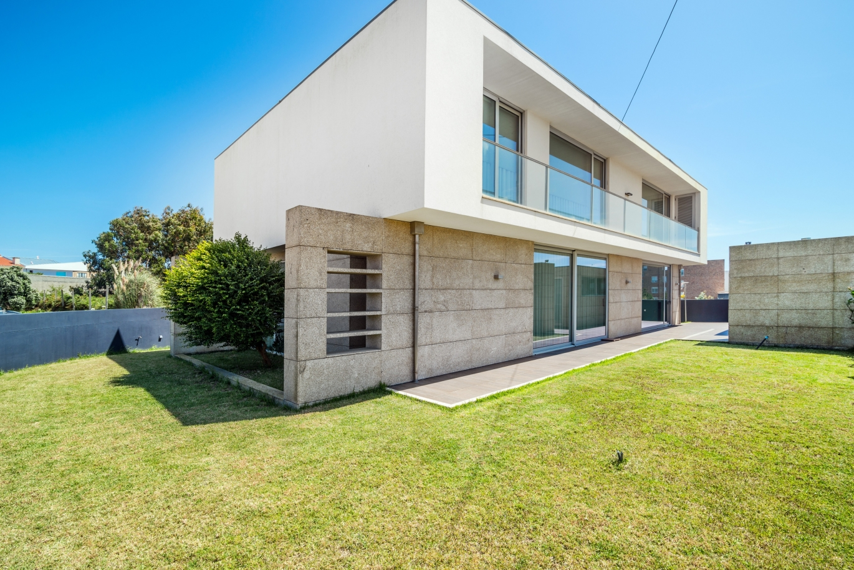 sale-of-house-w-sea-views-close-to-beach-madalena-vngaia-portugal