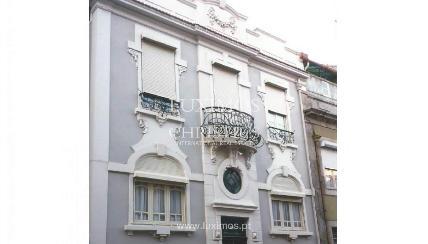 Bau von drei Fronten, mit Terrasse, Porto, Portugal_120683