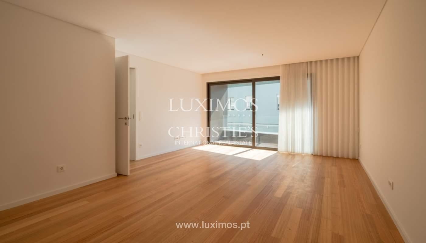 Nuevo y moderno apartamento con balcón, en venta, en Porto, Portugal_136090