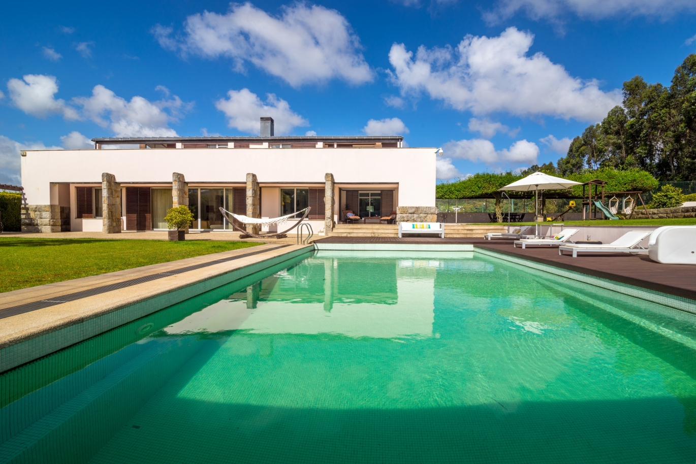 sale-of-contemporary-luxury-villa-with-pool-and-garden-trofa-portugal