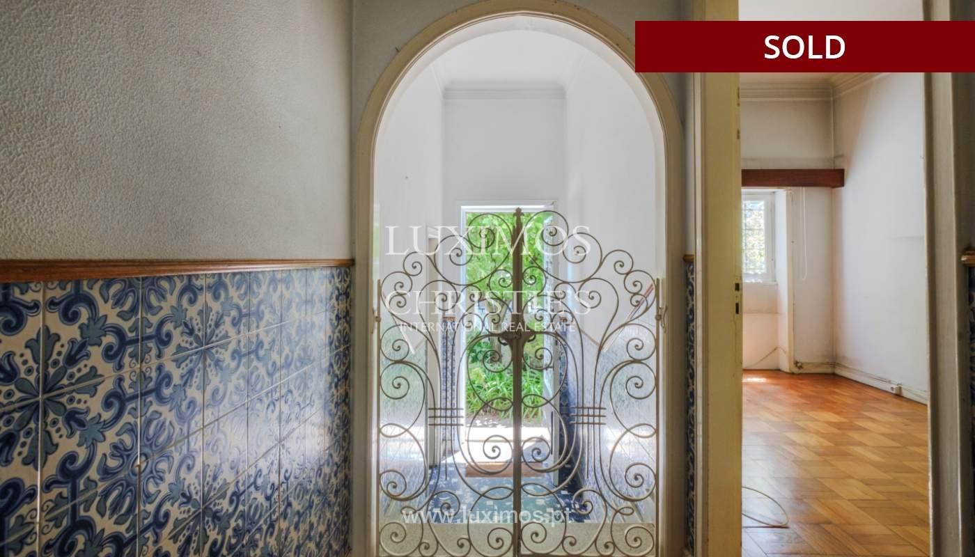 Venda de moradia clássica com jardim, para remodelar, junto à Boavista_139756
