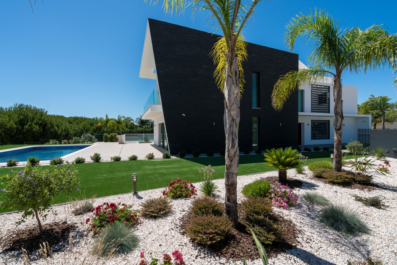 contemporary-villa-with-swimming-pool-by-the-golf-vilamoura-algarve