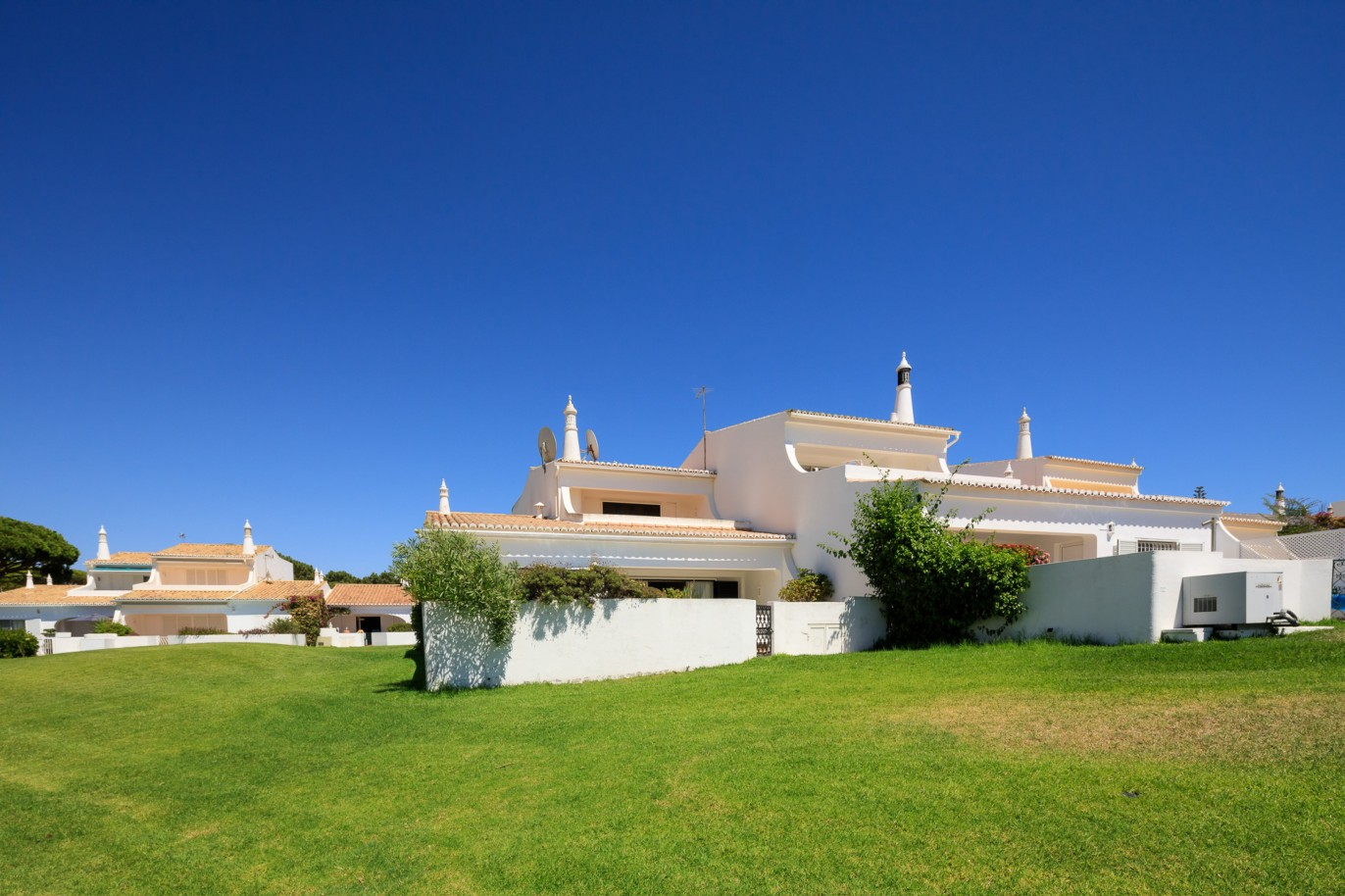 sale-of-villa-with-sea-view-and-golf-in-vale-do-lobo-algarve