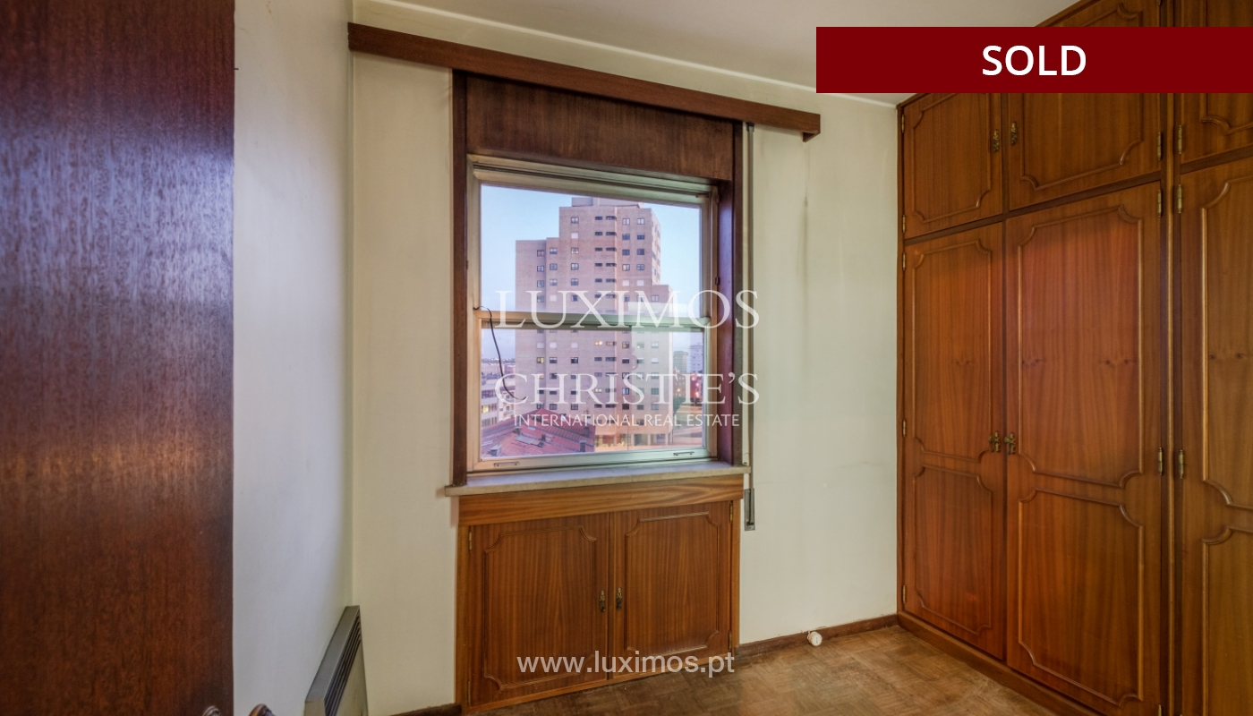 Sale of apartment for remodelling with river views, in V.N. de Gaia, Portugal_158843