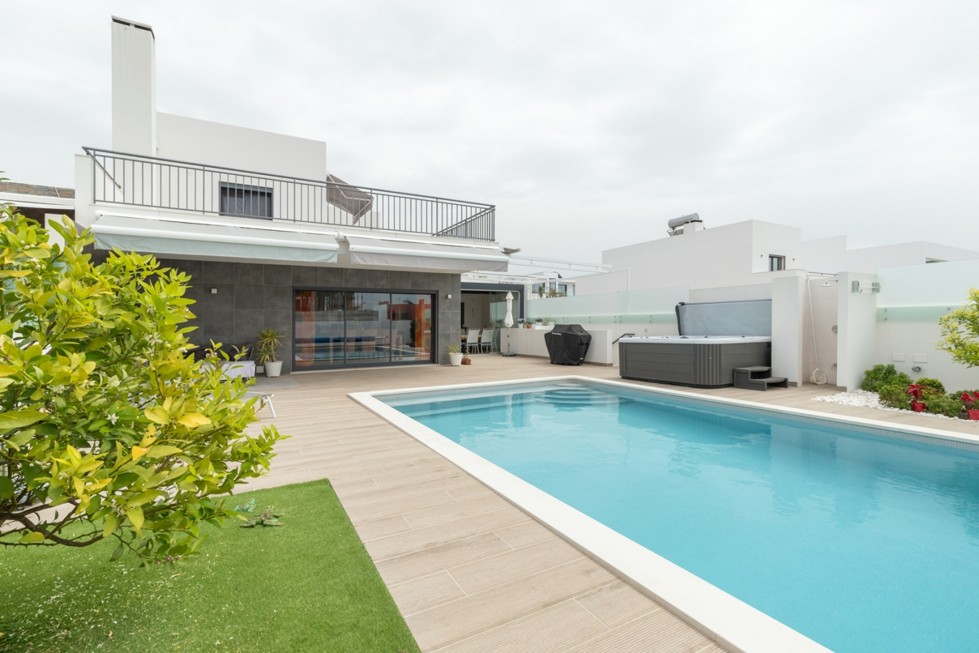 modern-3-bedroom-villa-with-swimming-pool-jacuzzi-quarteira-algarve