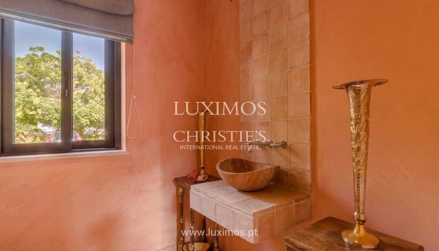 Venda de luxuosa moradia com piscina, perto do mar, Quarteira, Algarve_67397