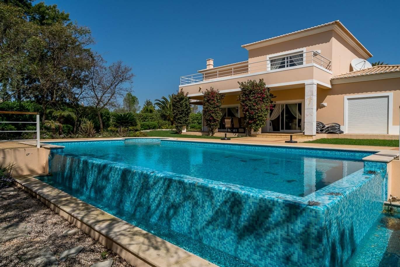 moradia-a-venda-com-piscina-perto-da-praia-e-golfe-carvoeiro-algarve