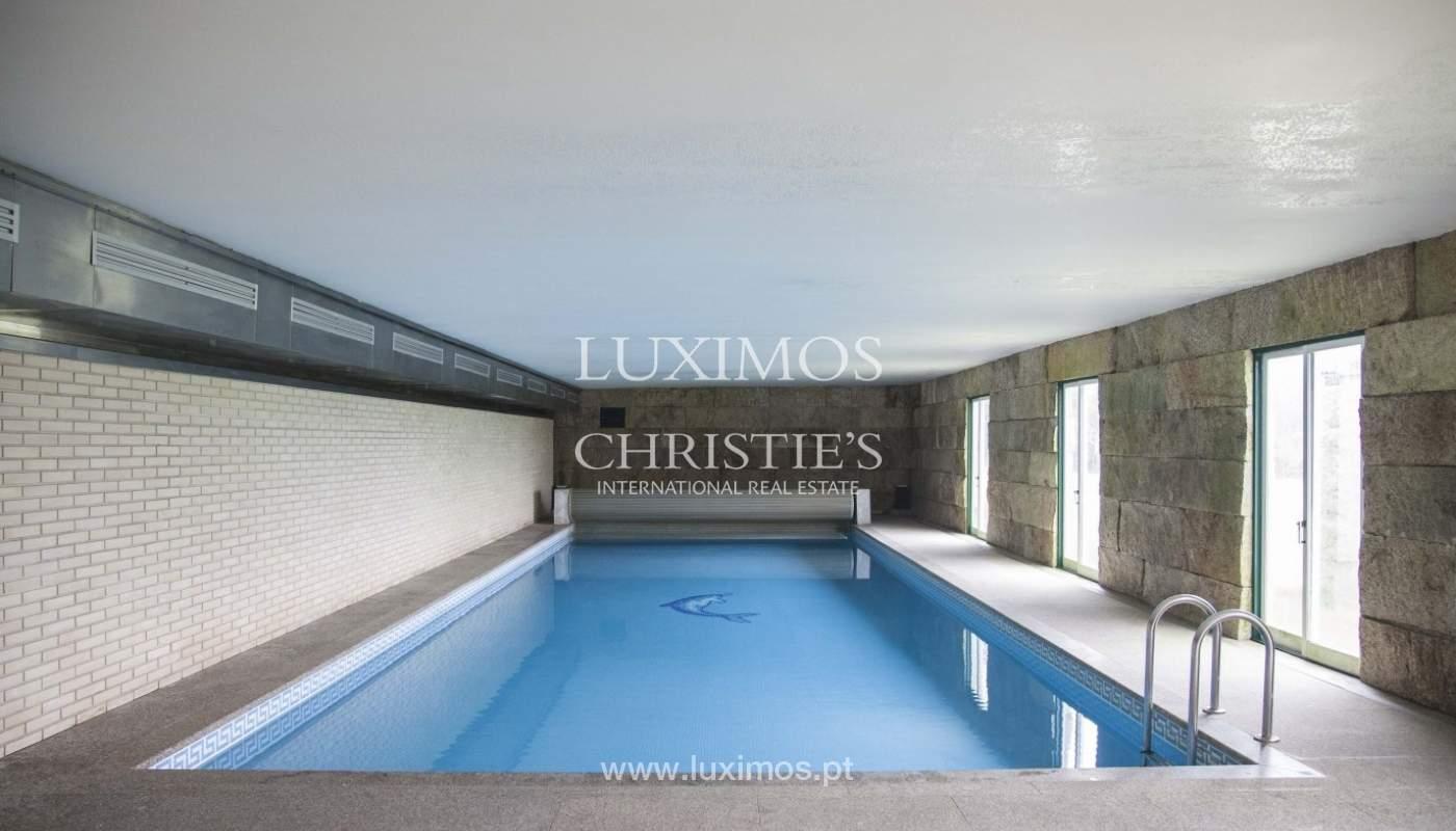 Bauernhaus mit swimming-pool, Tennisplatz und den Boden auf die Wand, den Hafen_8362