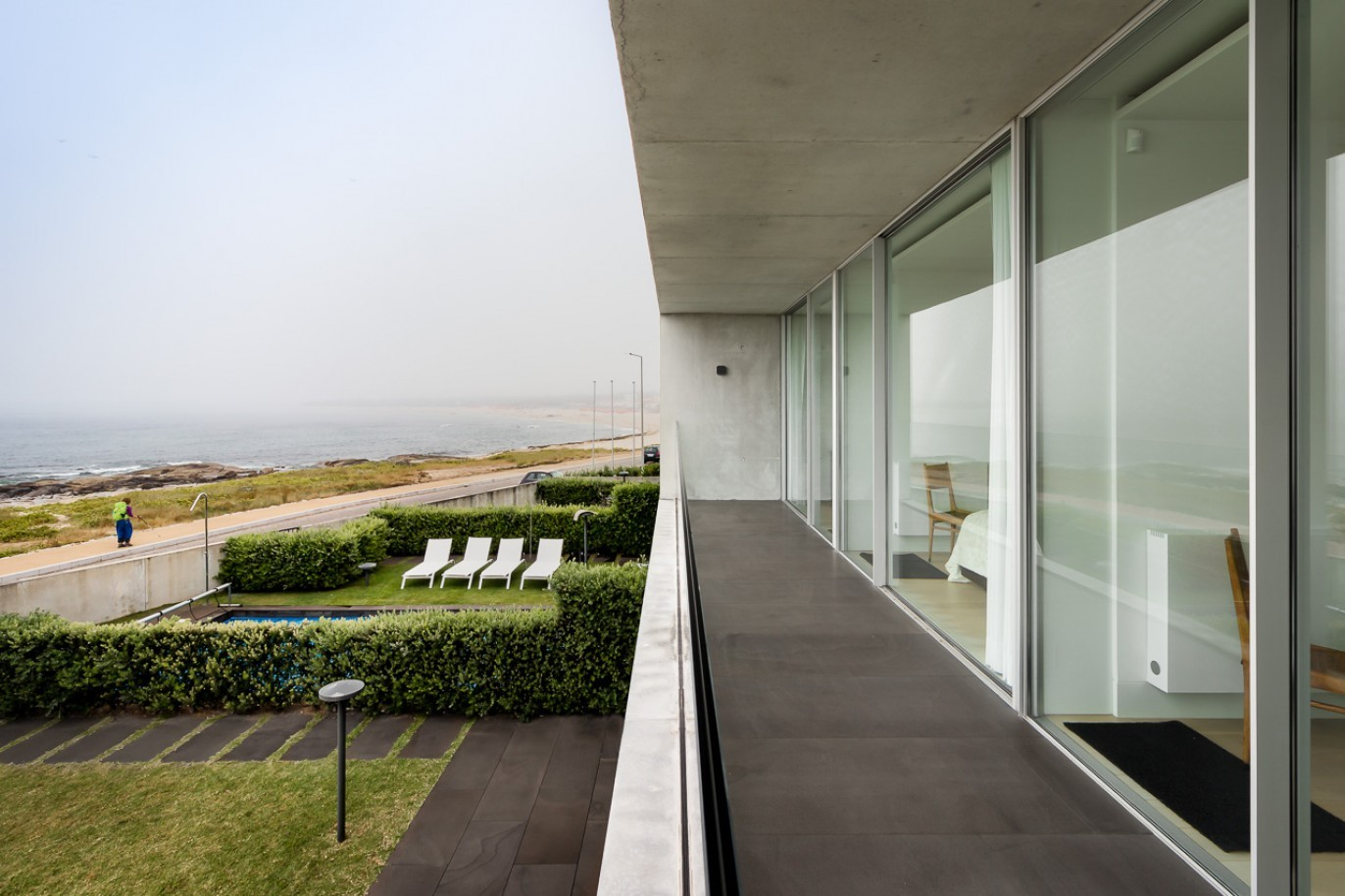 sale-of-contemporary-villa-1st-line-of-sea-moledo-portugal