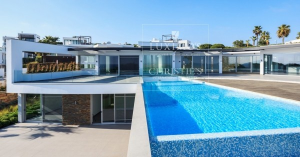 Vale do Lobo: villas and apartments for sale in a golf resort
